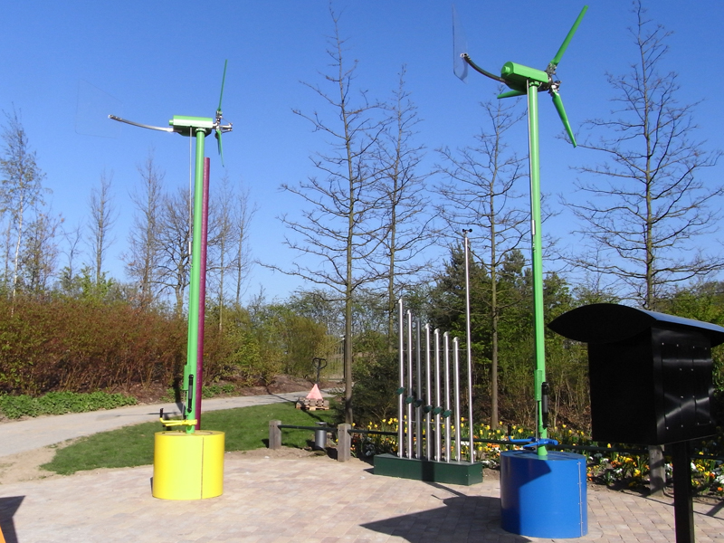 Variable pitch wind turbines